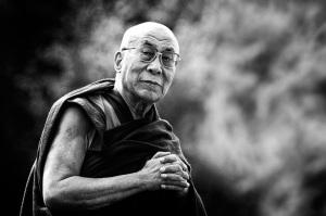 Dalai Lama säger sig vara rädd för arga hundar...