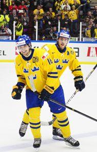 140104 Sveriges Filip Forsberg och Elias Lindholm jublar efter 1-0-målet under semifinalen i JVM i ishockey mellan Sverige och Ryssland den 4 januari 2014 i Malmö. Foto: Joel Marklund / BILDBYRÅN / kod JM / 86679